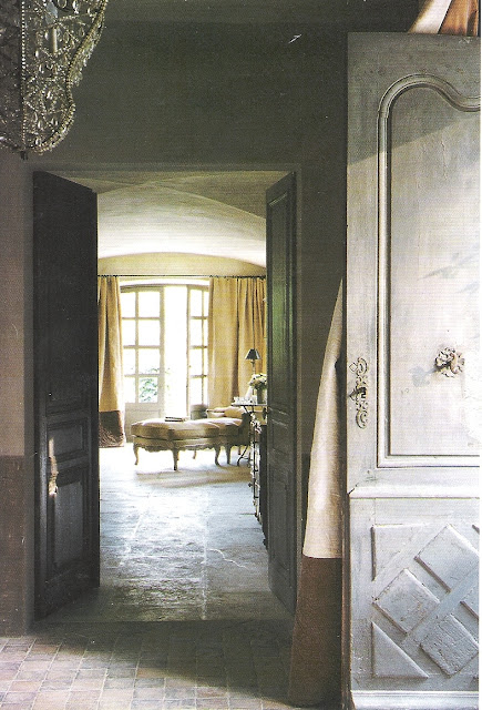 Love every element in this image via Maisons Côté  Sud, edited by lb for linenandlavender.net - http://www.linenandlavender.net/2009/07/linen-and-lavender.html
