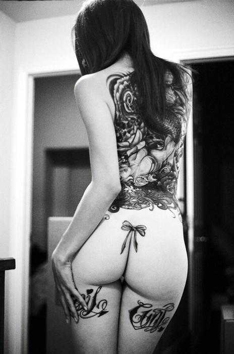 Девки татуировка на жопе фото красотки сексуальными