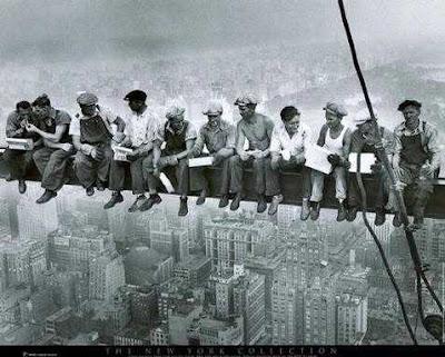 Pekerja konstruksi di New York makan siang bersama di GE Building at Rockefeller Center