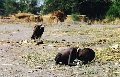 Sudan, 1993. Gambar yang sangat mengerikan ini memenangkan hadiah Pulitzer. seekor burung pemakan bangkai menunggu dengan sabar seorang bayi yang berjuang untuk bertahan hidup. fotografernya bunuh diri tidak lama setelah menerima hadiah tsb (1994).