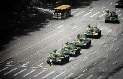 The Tank Man gambar seorang mahasiswa yg berdiri membisu di depan tank-tank pemerintah RRC yang akan menumpas demonstrasi mahasiswa di lapangan Tiananmen.