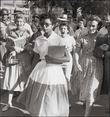 Little Rocks Central High adalah saksi dari peristiwa ini. Untuk pertama kalinya seorang pemudi afro american mengikuti SMU yg selama ini hanya menerima siswa kulit putih. Hari pertamanya di sekolah diwarnai intimidasi dan ejekan. Dia hanya bertahan sekolah selama 4 hari.