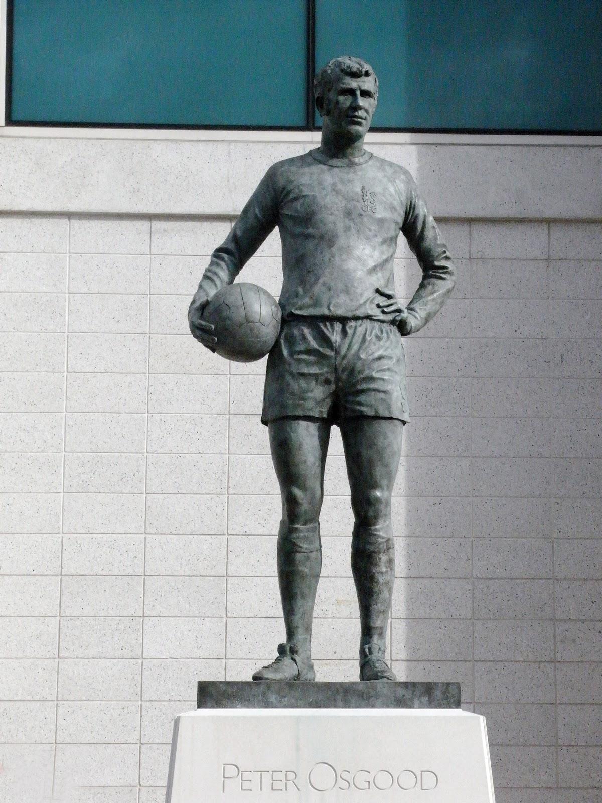 Какому футболисту в англии поставлен памятник?