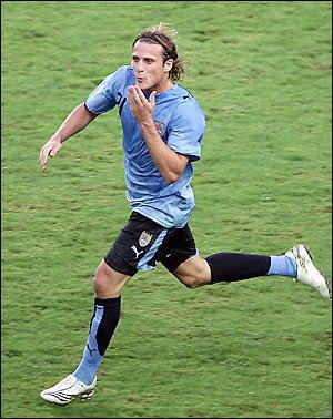 Meia uruguaio Diego Forlán ganha Bola de Ouro de melhor jogador da Copa do  Mundo 2010 cb27d72f576fc