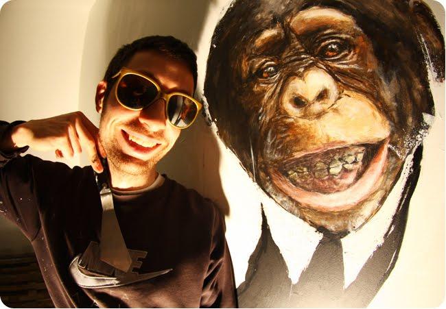 gorille et coeur qui posent avec le sourire