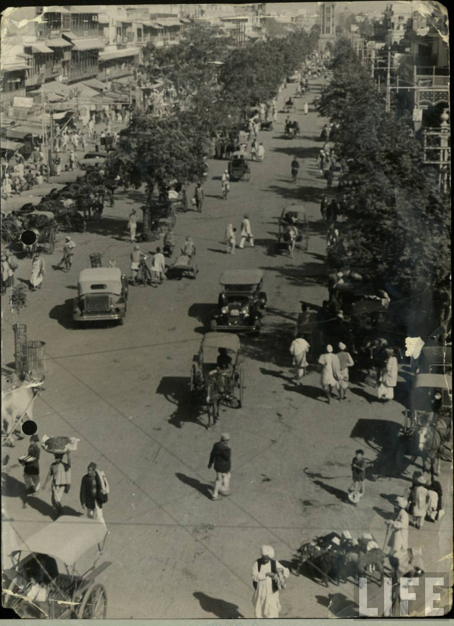 Delhi road with old Cars and Tanga