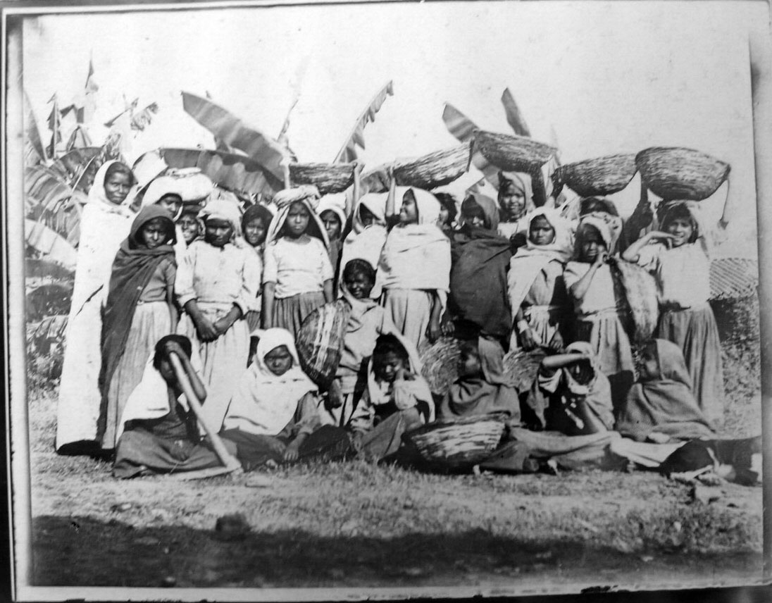 Women and Children Various Photos (Group, Rail Station etc)  - India 1902