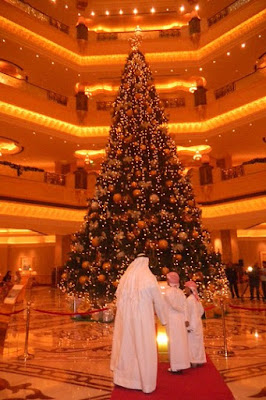 Christmas Tree In The Desert.The Psychologist Abu Dhabi Erects 11m Christmas Tree