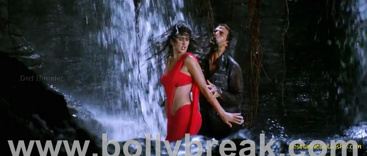 Katrina Kaif Hot Pics in Red Saree - De Dana Dan - 15 Pics