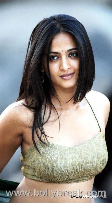Anushka Shetty Hot Pics In Green Saree 10 Pics