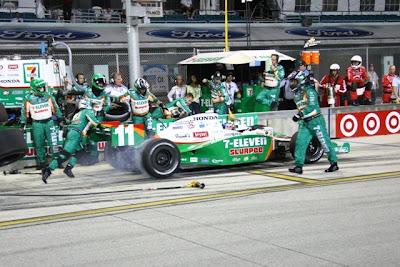 afde35d943697 Tony Kanaan liderava com folga o GP de Miami, primeira etapa da Fórmula  Indy, mas quando restavam apenas sete voltas para o final, o venezuelano  Ernesto ...