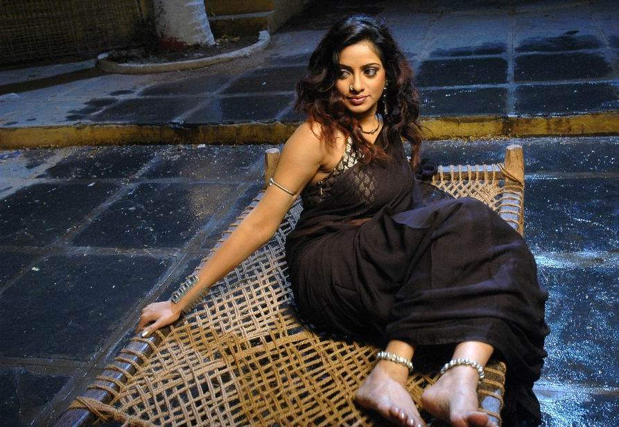 Udaya Bhanu In A Black Saree......looking Hot...sitting On Bed