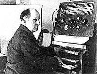 Jorg Mager tocando el Partiturophon