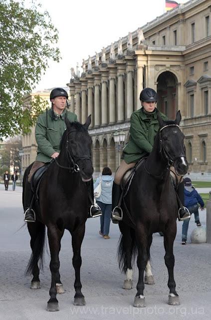Конные полицаи