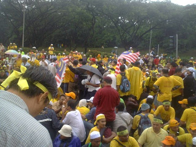 marchers urfurling Malaysian flags to show patriotism
