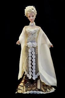 Kali ini saya akan memposting beberapa gambar boneka yang sedang mengenakan  baju tradisional dari empat negara 248ffe45c7