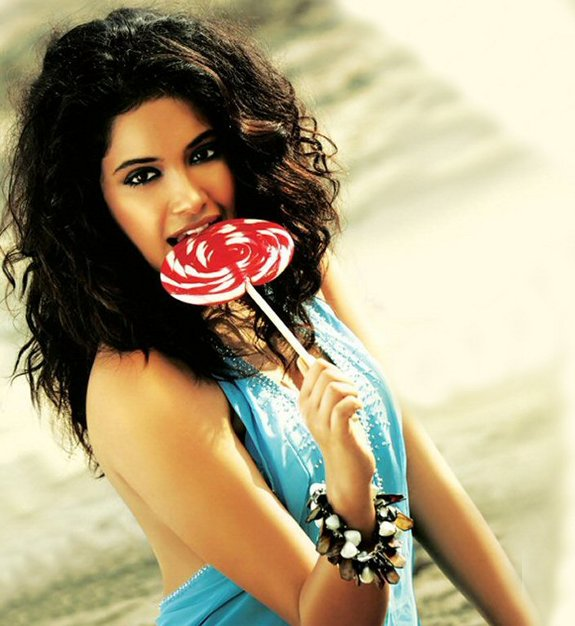 Sarah Jane Dias Hot Pictures, Sarah Jane Dias and Abhishek Bachchan in Game Hindi 2011