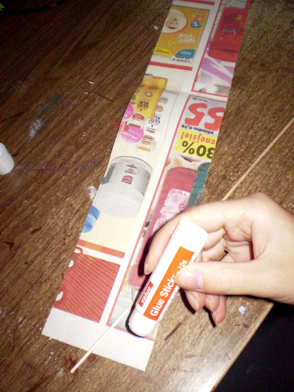 db64c455e Od šírky pásika závisí pevnosť ruličky. Ak šúľame ruličku z novinového  papiera a chceme ju mať bielu umiestnime si biely kraj novín smerom od seba.