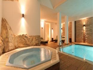 Mobilier table hotel chambre avec jacuzzi privatif paca - Chambre jacuzzi privatif provence ...