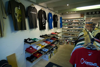 9439aaeb811 Den nye adresse er Ringstedgade 23, 4000 Roskilde. Her er lidt billeder af  den nuværende butik, på dens sidste dage. Posted by BORDER SKATESHOP ...