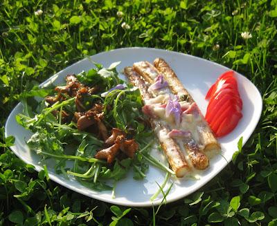 Spargel mit Parmesan-Sauce und warmem Pfifferling-Rucola-Salat