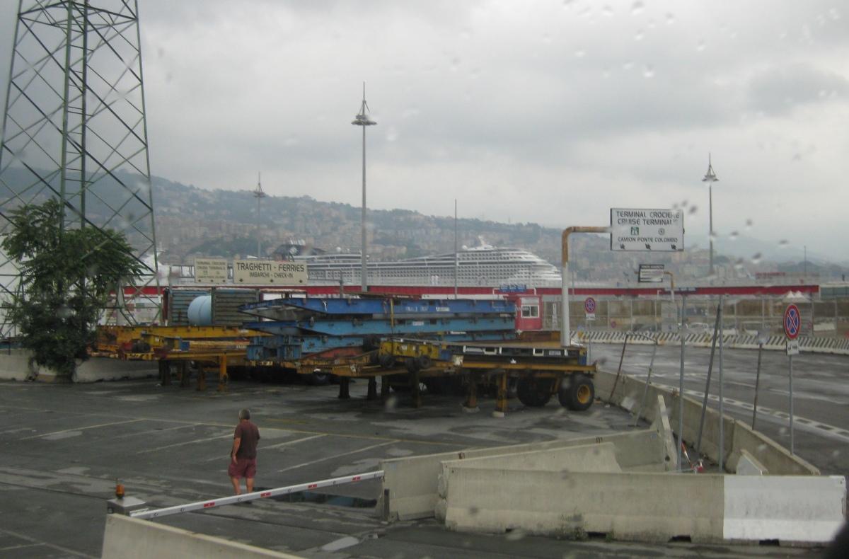 MSC Splendida im Hafen von Genua