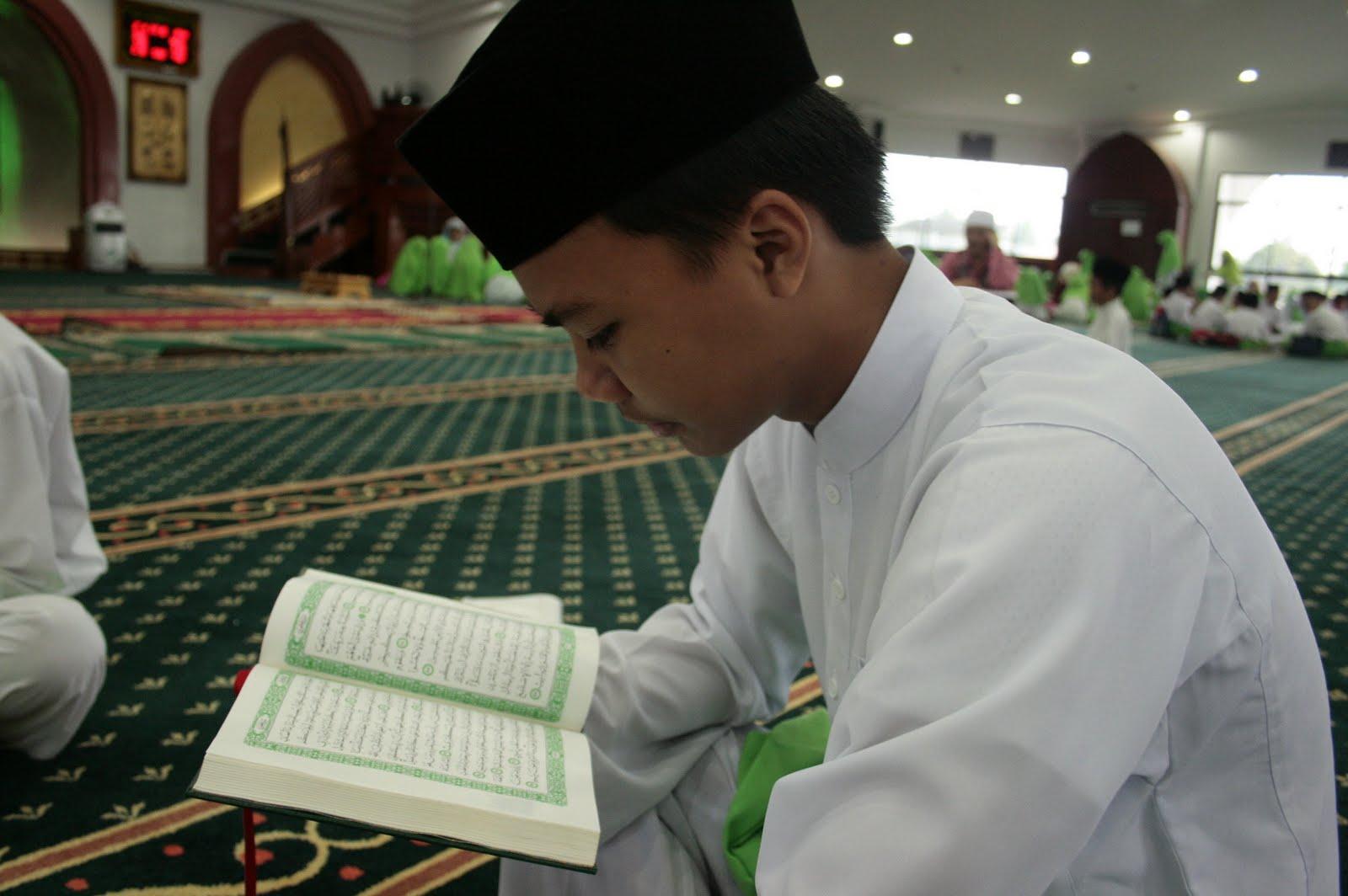 Hasil gambar untuk gambar orang membaca al qur'an