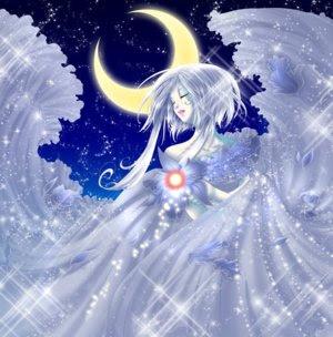 Figura femminile alata nel cielo, sullo sfondo una falce di luna