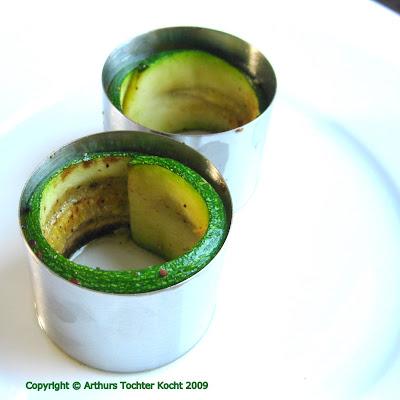 Couscous im Zucchiniröllchen mit Garnelen und Ziegenkäseschaum| Arthurs Tochter kocht. von Astrid Paul. Der Blog für food, wine, travel & love