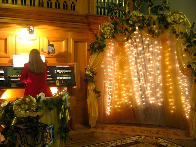 Die Hochzeitszeremonie in ukrainischer Kirche. Arthur und Tochter auf großer Fahrt in die Ukraine zu einer Hochzeitsfeier der ganz besonderen Art. Dazu Reisetipps für die Ukraine | Arthurs Tochter kocht von Astrid Paul. Der Blog für Food, Wine, Travel & Love