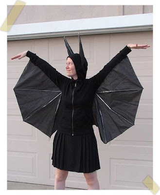 disfraz de murciélago reciclado terminado