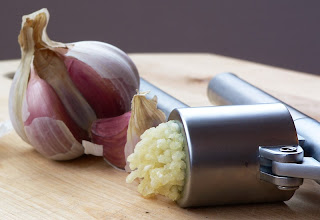 التاريخ Garlic garlic_press_and_gar