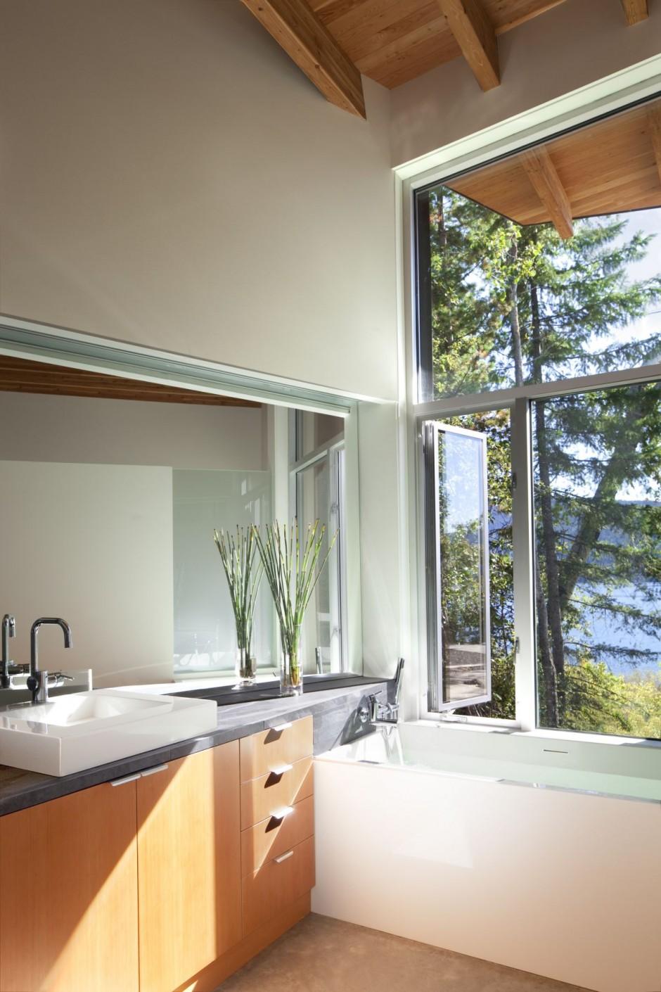 Cabin On The Shore Of Shuswap Lake British Columbia