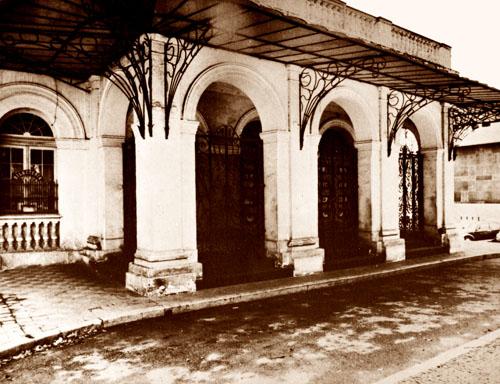ec579f404 Nesta fotografia podemos observar o processo de abandono que foi submetido  o Teatro a partir de 1972 quando foi interditado