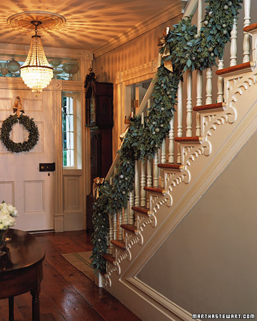 The chicer antiquer garland on the staircase - Christmas decorations for stair rail ...