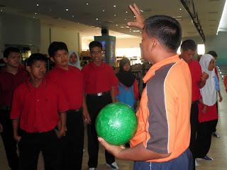 Aksi cikgu dengan murid - 5 4