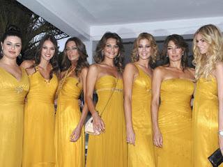 007288008 Y aquí algunas damas de Marisa Jara (el 99% de ellas eran Misses…) todas  vestidas de Pronovias en este imposible color mostaza. Todos los vestidos  eran ...