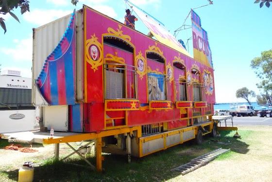 Aquí están desmontando el juego circus circus que es un juego para niños pequeñitos