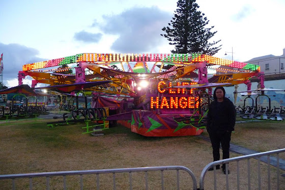 Aquí estoy yo a la par del cliff hanger, uno de los juegos del parque de diversiones