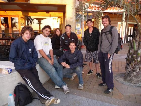 Aquí estamos todo el grupo listos para salir del hostel a hacer el kiwi picking