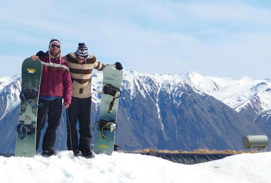 Bueno aquí estoy yo con Marcos preparándonos para hacer Snowboard