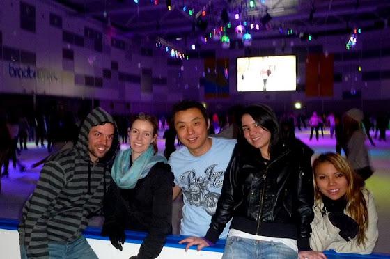 Aquí estoy con más amigos en la pista de patinaje
