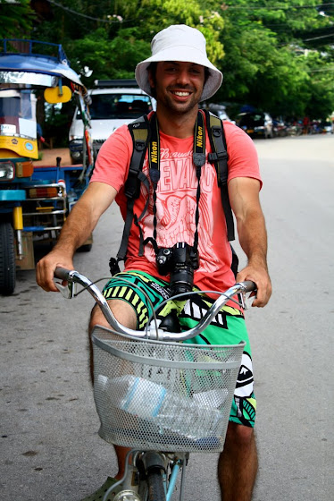 Aquí estoy yo en la bicicleta posando para mi cámara