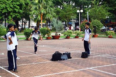 Niños jugando con la pelota de mimbre