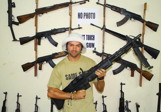 Acá estoy yo con una de las armas