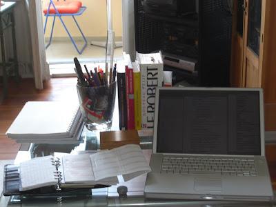 Schreibtisch mit Kalender