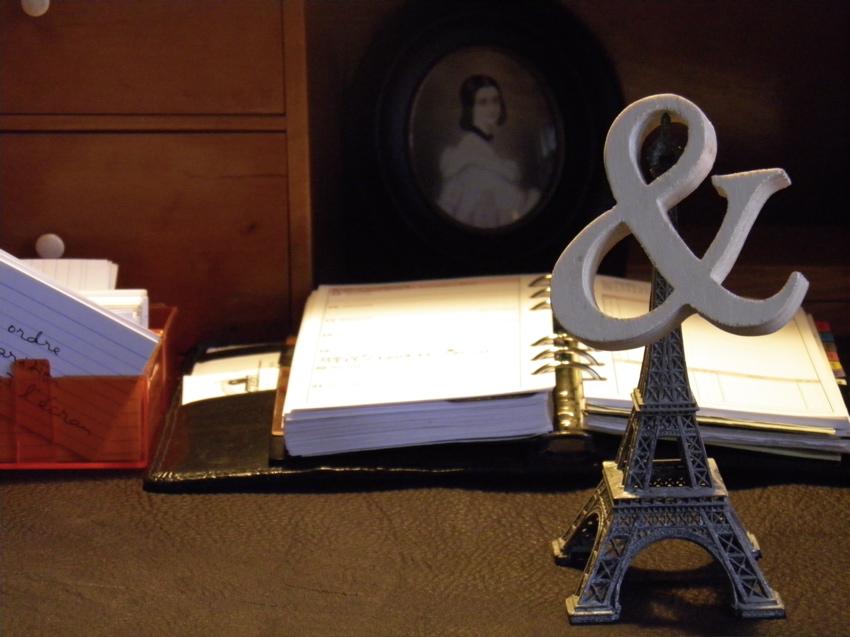 Schreibtisch, Vokabelkarten, Kalender, Eifelturm, &-Zeichen