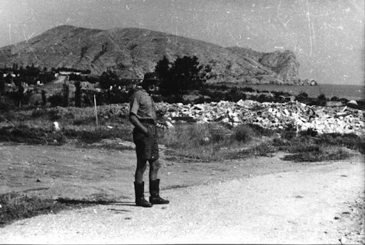 Немецкий солдат на улице Судака. На дальнем плане мыс Алчак