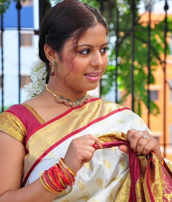 sunakshi masala in cool saree