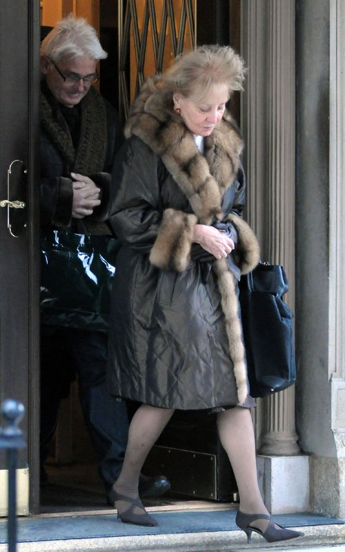 A Make Up Less Barbara Walters Was Spotted Leaving Her Apartment In New York City Today The Talk Show Host Quickly Ed Into An Awaiting Car And